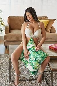 Cassandra is a Den-haag call girl who provides escort service